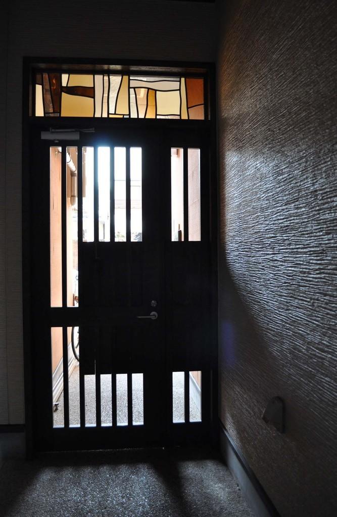 m邸-玄関アプローチステンドグラス-京都